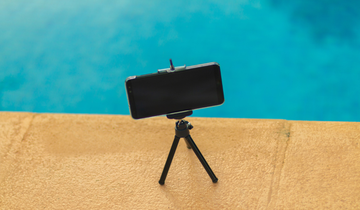 Photo of an iPhone fixed on a tripod