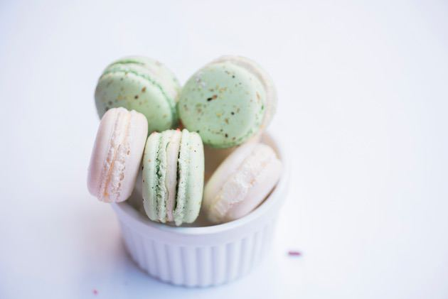 Food photography trick: Photo of macarons on a neutral background